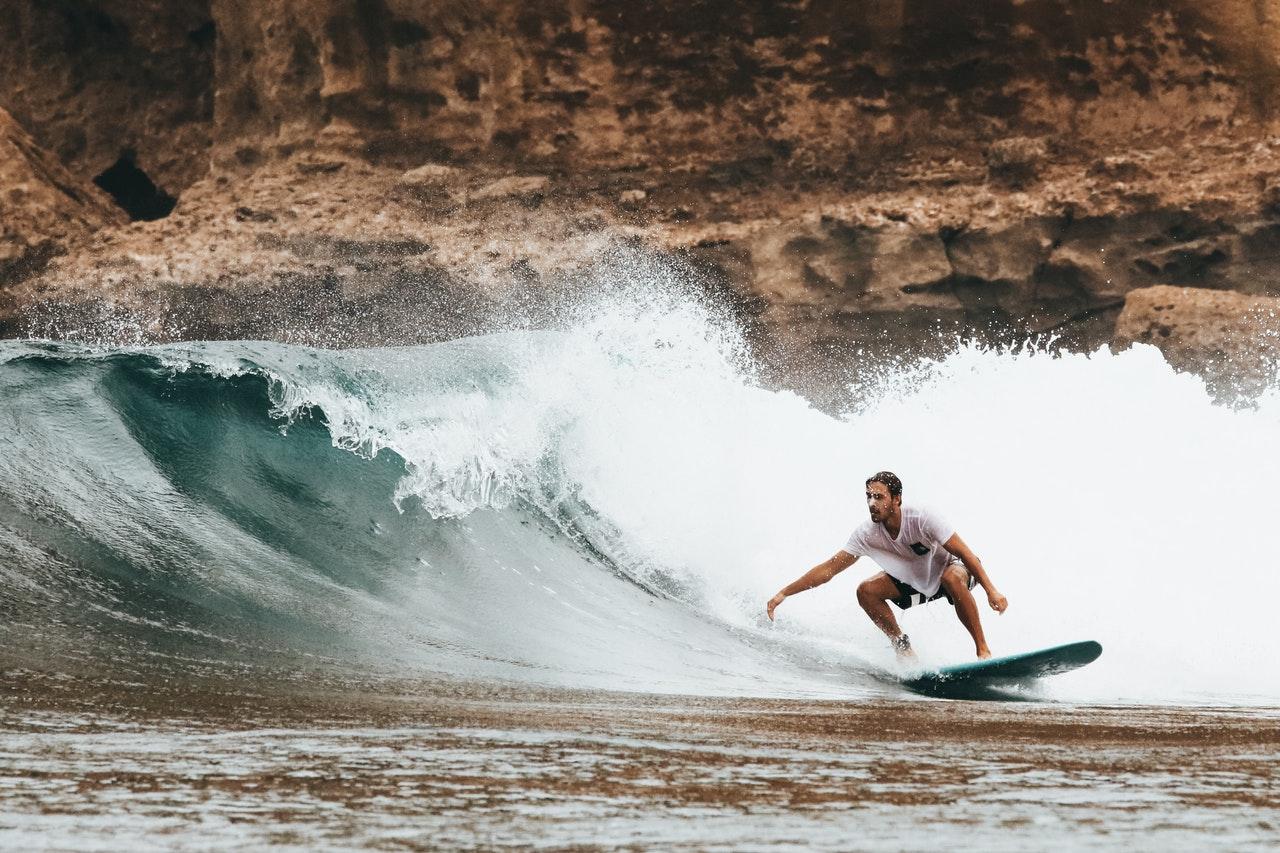 Person surfer på hawaii