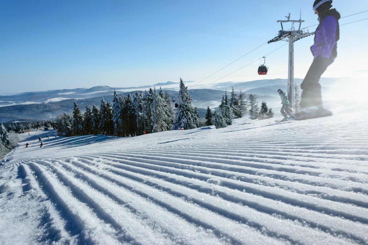 Person står på ski i udlandet