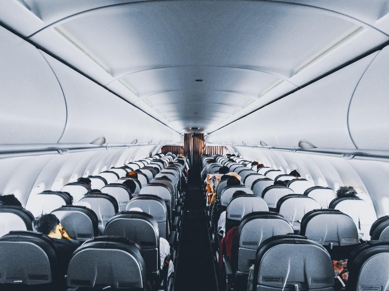 Passagerer inde i et fly